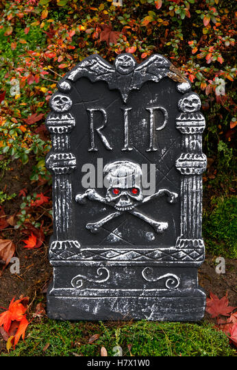 halloween-tombstone-decorated-with-skull