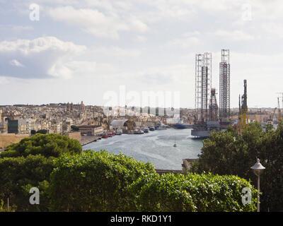 Anzeigen von Valetta Malta über den Grand Harbour in Richtung dicht aufgebaut, Nachbarschaften und Werften in Kordin und Senglea Stockbild