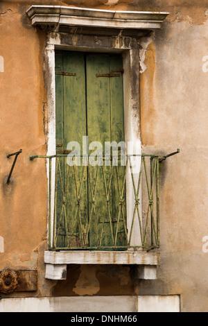 Geschlossener Tür eines Balkons, Venedig, Veneto, Italien Stockbild