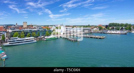 Blick auf den Hafen mit Promenade und Schiff Anlandungen von Friedrichshafen am Bodensee, Baden-Württemberg, Deutschland. Stockbild