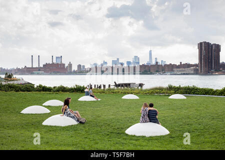 "Der Rasen Schüssel mit Kunst im öffentlichen Raum Installation ""LUMINESZENZ"", entworfen von Nobuho Nagasawa. Hunters Point South Park, New York, United States. Architekt: Stockbild"