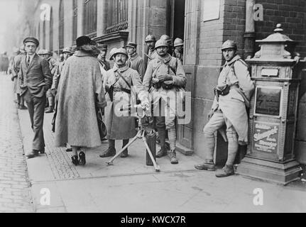 Die französischen Soldaten mit einem Maschinengewehr bei der Post in Essen, Deutschland, 1923 stationiert. Stockbild