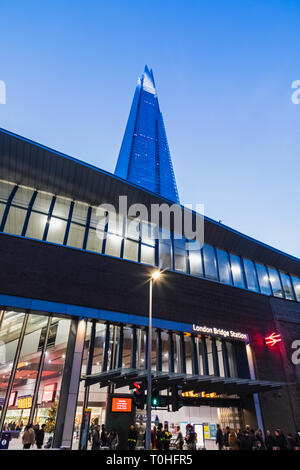 England, London, Southwark, London Bridge City, London Bridge Station Eingang und Der Shard Stockbild