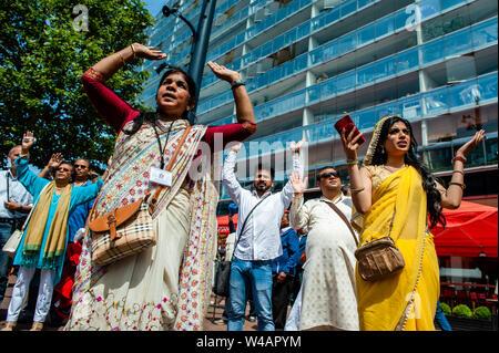 """Frauen in Saris beten während der Zeremonie. Das Festival der Wagen, auch bekannt als Ratha Yatra, ist ein zeitloses Festival, mit Ursprung in der antiken Stadt Jagannatha Puri in Indien. Seit Tausenden von Jahren, haben zu Jagannatha Puri wurde in Indien in das älteste Festival der Welt namens Ratha-yatra"""", den Wagen Festival"""". Jetzt Ratha-yatra wird jedes Jahr in Dutzenden von Städten rund um die Welt abgehalten. Das ratha Yatra Festival hat einen gemeinsamen Blick in den meisten großen Städten der Welt werden seit 1968 durch die ISKCON, Hare Krishna Bewegung. In Rotterdam, die Bhakti Yoga Stockbild"""