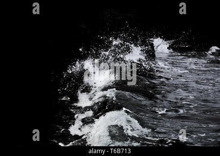 Wasser isoliert auf dem schwarzen Hintergrund Stockbild