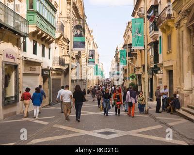 Besucher Krähen in der Republic Street, touristische Shopping Centre und der zentralen Fußgängerzone in Valetta, Malta Stockbild