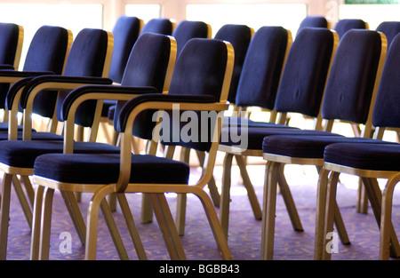 Foto von Zeilen Sitzgelegenheiten Hochzeit Gäste leer Veranstaltungsort Konferenz Stockbild