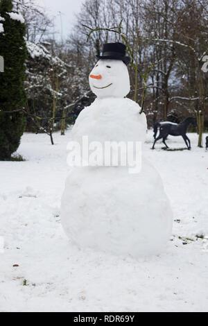 Mit schwarzem Hut im Freien Schneemann. Stockbild