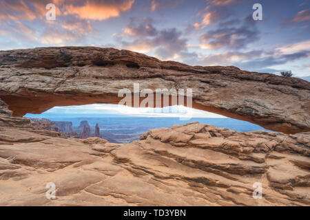 Mesa Arch, Canyonlands National Park, Moab, Utah, Vereinigte Staaten von Amerika, Nordamerika Stockbild