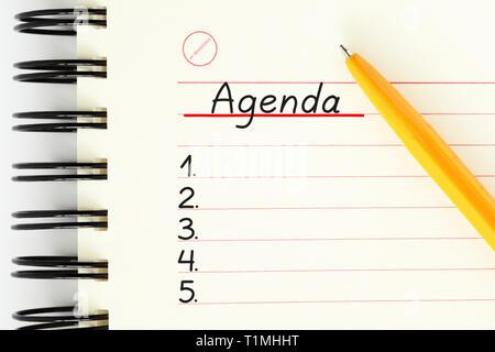 Leere Agenda Liste handschriftlich auf Notebook Seite neben den gelben Stift mit kopieren. Geschäftlichen oder persönlichen Planer, Zeitplan oder Veranstalter Konzept. Stockbild