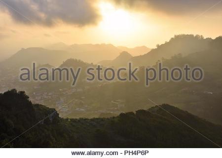 Tal von Las Mercedes, Nebel über Anagagebirge in der Dämmerung, im Nordosten von Teneriffa Kanarische Inseln Spanien bilden. Vom Mirador de Jardina gesehen. Stockbild