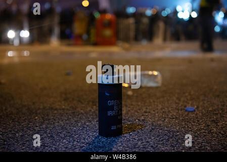 Tränengas Kanister gesehen werden Nach den Zusammenstößen zwischen Polizei und Demonstranten wie Tausende Demonstranten Teil einer Grosskundgebung fordert unabhängige Untersuchung Polizei Taktik in Hong Kong. Stockbild