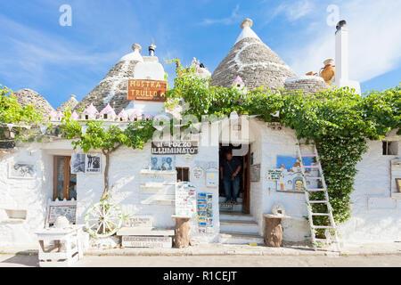 Alberobello, Apulien, Italien - 1. JUNI 2017 - ein typisches Souvenir Shop in der Altstadt Stockbild