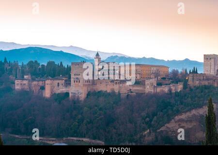 Blick auf die Alhambra bei Sonnenaufgang, Weltkulturerbe der UNESCO, von Albaicin, Granada, Andalusien, Spanien, Europa Stockbild