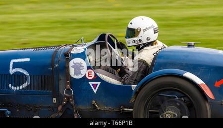 1926 Bugatti Typ 37 mit Treiber Hugo Baldy während der John Duff Trophy Rennen in der 77. Goodwood GRRC Mitgliederversammlung, Sussex, UK. Stockbild