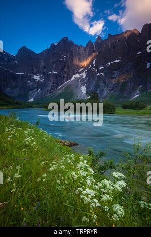 Anfang Sommer morgen im Tal Romsdalen, Rauma Kommune, Møre og Romsdal, Norwegen. Stockbild