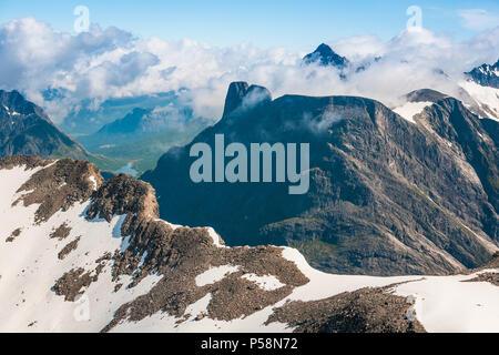 Luftaufnahme über Berge in Romsdalen, Møre og Romsdal, Norwegen. In der Mitte ist der Gipfel Romsdalshorn, und im Hintergrund ist Store Vengetind. Stockbild