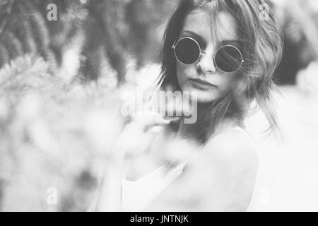Authentische Frau in Retro-Sonnenbrille Stockbild