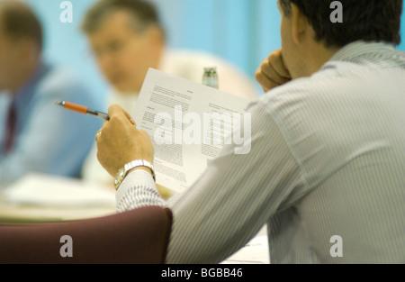 Foto des Mannes treffen viel leistungsstarke denken Geschäftskunden Stockbild