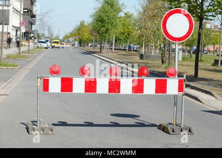 Verkehrszeichen Barriere Tor, Verbot für Fahrzeuge aller Art, in Deutschland, in Europa ich Verkehrsschilder Absperrschranke, Abladen für Fahrzeuge aller Art Stockbild
