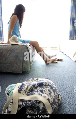 Frau im Hotelzimmer Stockbild