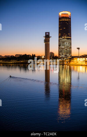 Kanufahrer auf dem Guadalquivir Fluss vor der Schindler und Sevilla Türme, Sevilla, Spanien. Stockbild