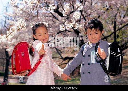 Jungen und Mädchen mit Schultasche Stockbild