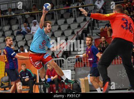 Doha, Qatar. 19th Oct, 2018. 19 October 2018, Qatar, Doha: Handball, IHF Super Globe, Fuechse Berlin - FC Barcelona: Jacob Holm (2-L) from Fuechse Berlin tries to win against Aron Palmarsson (L), Victor Tomas (2-R) and Towart Gerard Forns Galve. Credit: Noushad/dpa/Alamy Live News Stockbild
