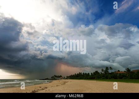 Induruwa Beach, Sri Lanka, Asien - eindrucksvolle Gewitter bei Sonnenuntergang am Strand von Induruwa Stockbild