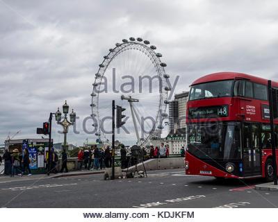 London Westminster Bridge London Eye Rot rote Busse und Touristen Stockbild