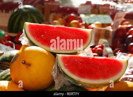 Frische Früchte und Wassermelonen auf einem Marktstand, Bremen, Deutschland, Europa ich Frisches Obst und Wassermelonen in einem Marktstand, Bremen, Deutschland, Stockbild