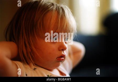 Foto des Kindes vor dem tv Fernseher vertieft Kinder Stockbild