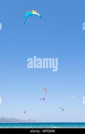 Alcudia, Mallorca, Spanien - mit Wind zum Kitesurfen an der stürmischen Strand von Alcudia Stockbild
