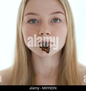 Schmetterling auf die Lippen der kaukasischen Jugendmädchen Stockbild
