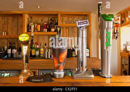 Zapfanlagen auf einen Balken in einem modernen Country-pub Stockbild