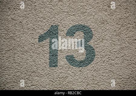 Nummer 13 des Hauses mit grünen Buchstaben Stockbild