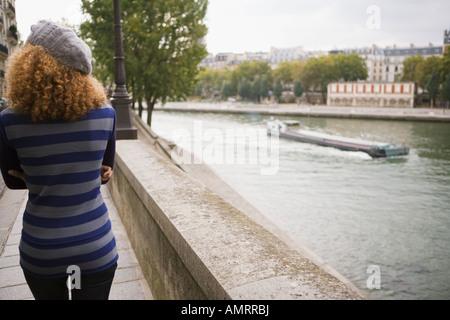 Rückansicht der Frau neben Wasser Stockbild