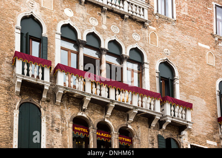 Niedrigen Winkel Blick auf ein Hotel Palazzo Vitturi, Campo Santa Maria Formosa, Venedig, Veneto, Italien Stockbild