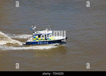 England, London, Metropolitan Polizei stößt auf den Fluss Themse Stockbild