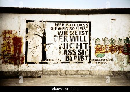 Wandbild Berliner Mauer East Side Gallery Berlin Gedicht von Erich Fried Deutschland Europa - Bild auf einer Lomo-Kamera aufgenommen Stockbild