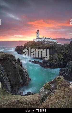 Fanad Head Lighthouse bei einem wunderschönen Sonnenaufgang. Stockbild