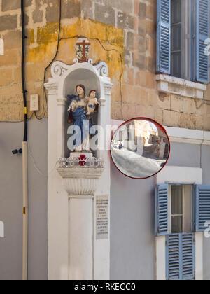 Außen in St. Julian's, Malta, Straße Ecke mit Statue der Heiligen Mutter und einem Spiegel Stockbild