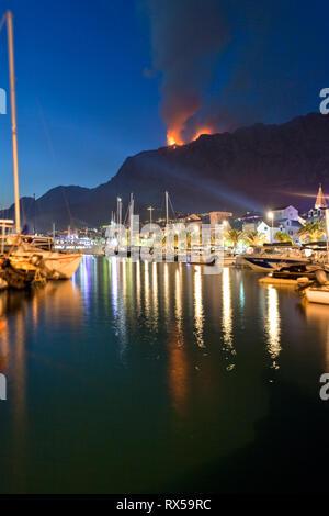 Makarska, Dalmatien, Kroatien, Europa - ein Waldbrand in der Nähe der Hafen von Makarska. Stockbild