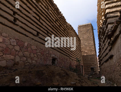 Stein und Lehm Häuser und Wachturm mit Schiefer in al-Khalaf Dorf, Asir Provinz, Sarat Abidah, Saudi-Arabien Stockbild