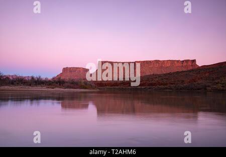 Die roten Felsen und Canyonlands spiegeln sich in Colorado River, Moab, Utah, USA Stockbild