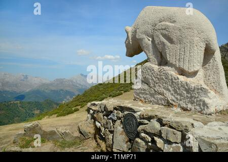 Statue eines Bären am Mirador Del Oso (Collado de Llesba) mit der Picos de Europa bergen im Hintergrund, Puerto de San Glorio, Kantabrien, Spanien, Stockbild