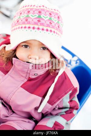 Porträt von kleinen Mädchen warme Kleidung zu tragen Stockbild