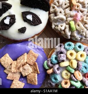 Donuts mit ausgefallenen Belägen Stockbild