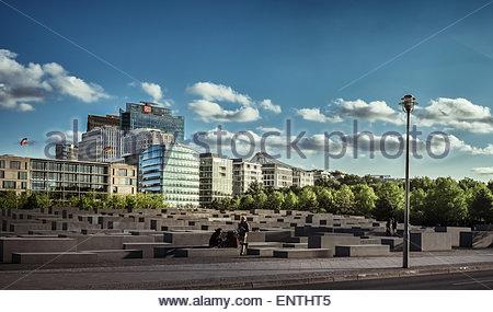 Denkmal für die ermordeten Juden mit Potsdamer Platz im Hintergrund - Berlin, Deutschland Stockbild