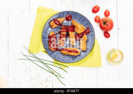 Käse Kroketten auf Platte mit Tomatensauce, Stillleben, Ansicht von oben Stockbild